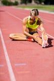 Atleta de sexo femenino que calienta en la pista corriente Imagen de archivo libre de regalías