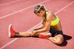 Atleta de sexo femenino que calienta en la pista corriente Fotos de archivo