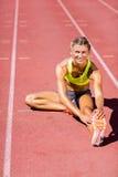 Atleta de sexo femenino que calienta en la pista corriente Imagen de archivo