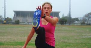 Atleta de sexo femenino que ejercita en el circuito de carreras 4k metrajes