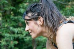 Atleta de sexo femenino que espera el comienzo de la raza corriente Foto de archivo libre de regalías