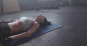 Atleta de sexo femenino que hace ejercicio profundamente de respiración almacen de video
