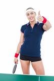 Atleta de sexo femenino que juega a ping-pong y que muestra los pulgares para arriba Imagen de archivo