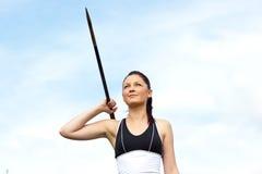 Atleta de sexo femenino que lanza la jabalina Imagenes de archivo