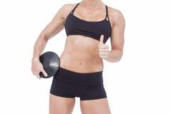 Atleta de sexo femenino que lleva a cabo el disco y que muestra los pulgares para arriba Imagen de archivo libre de regalías