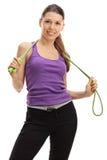 Atleta de sexo femenino que presenta con una cuerda que salta Fotos de archivo