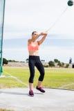 Atleta de sexo femenino que realiza un lanzamiento de martillo Fotografía de archivo libre de regalías
