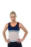 Atleta de sexo femenino que se coloca con la mano en cadera Fotos de archivo