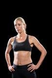 Atleta de sexo femenino que se coloca con la mano en cadera Fotografía de archivo libre de regalías