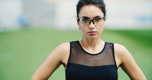 Atleta de sexo femenino que se prepara para el entrenamiento almacen de metraje de vídeo