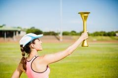 Atleta de sexo femenino que sostiene una antorcha del fuego Fotos de archivo libres de regalías