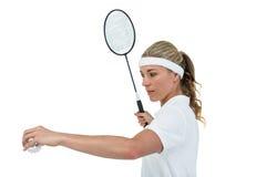 Atleta de sexo femenino que sostiene una estafa de bádminton lista para servir Imagen de archivo