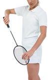 Atleta de sexo femenino que sostiene una estafa de bádminton lista para servir Fotos de archivo