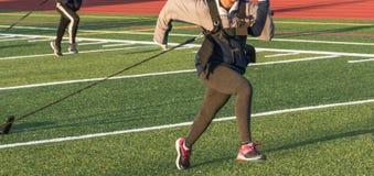 Atleta de sexo femenino que tira del trineo wighted Imagenes de archivo