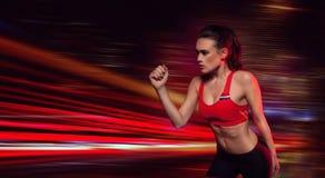 Atleta de sexo femenino resuelto fuerte Imagen de archivo