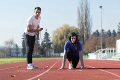 Atleta de sexo femenino Standing en una posición de comienzo Fotografía de archivo