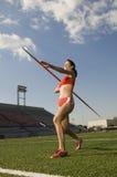 Atleta de sexo femenino Throwing una jabalina Imagen de archivo