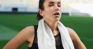 Atleta de sexo femenino Wiping Sweat con la toalla almacen de metraje de vídeo
