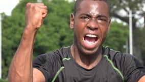 Atleta de sexo masculino africano acertado emocionado And Victory metrajes