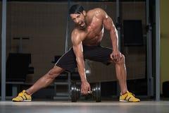 Atleta de sexo masculino apto Lifting Heavy Dumbbell foto de archivo libre de regalías