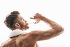 Atleta de sexo masculino atractivo que disfruta de la bebida fría Imagenes de archivo