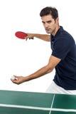 Atleta de sexo masculino confiado que juega a tenis de mesa Imagenes de archivo