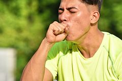 Atleta de sexo masculino Coughing fotografía de archivo libre de regalías