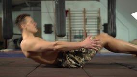 Atleta de sexo masculino descamisado joven Training Abdominal y m?sculos de la base almacen de video