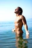 Atleta de sexo masculino en agua fotos de archivo