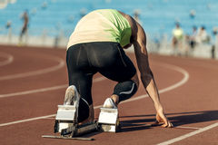 Atleta de sexo masculino en bloques el comenzar Fotografía de archivo