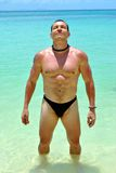 Atleta de sexo masculino en las aguas claras Imágenes de archivo libres de regalías