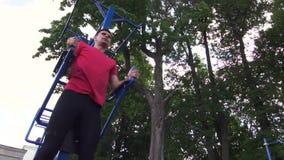 Atleta de sexo masculino Exercising en gimnasio del aire libre almacen de video