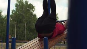 Atleta de sexo masculino Exercising en gimnasio del aire libre metrajes