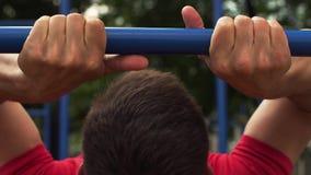Atleta de sexo masculino Exercising en gimnasio del aire libre almacen de metraje de vídeo