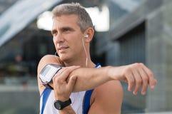 Atleta de sexo masculino Exercising Outdoor Imagenes de archivo