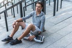 Atleta de sexo masculino feliz que descansa después de ejercicio Fotos de archivo libres de regalías
