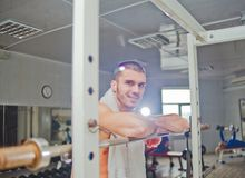 Atleta de sexo masculino hermoso foto de archivo