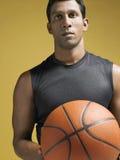 Atleta de sexo masculino Holding Basketball Imagen de archivo