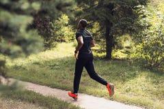 Atleta de sexo masculino Jogging On Trail en parque imagen de archivo libre de regalías