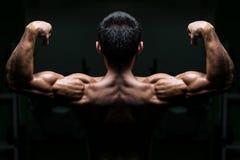 Atleta de sexo masculino joven Flexing Back Muscles Foto de archivo