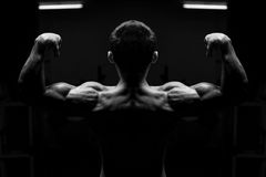 Atleta de sexo masculino joven Flexing Back Muscles Imagenes de archivo