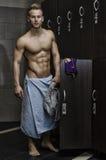 Atleta de sexo masculino joven muscular descamisado en gimnasio Fotografía de archivo libre de regalías