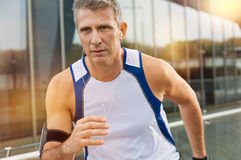 Atleta de sexo masculino maduro Jogging imágenes de archivo libres de regalías