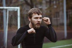 Atleta de sexo masculino maduro Stretching al aire libre Foto de archivo libre de regalías