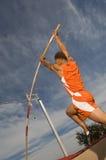 Atleta de sexo masculino Performing un salto con pértiga  Fotos de archivo