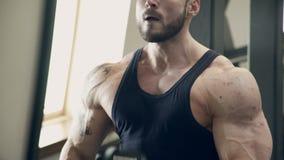 Atleta de sexo masculino que entrena difícilmente en gimnasio dentro almacen de video