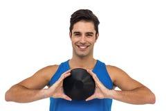 Atleta de sexo masculino que presenta con el tiro de disco Imágenes de archivo libres de regalías