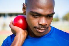 Atleta de sexo masculino que se prepara para lanzar la bola lanzamiento de peso Imagen de archivo