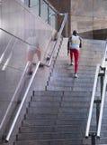 Atleta de sexo masculino Running Up Staircase al aire libre Imagen de archivo libre de regalías