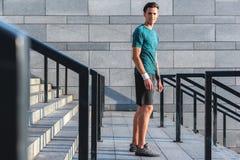 Atleta de sexo masculino saliente que sitúa en las escaleras Fotos de archivo libres de regalías